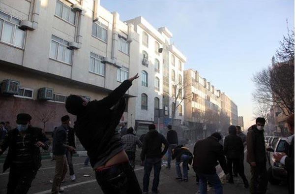یک صحنه از درگیری مردم رشید تهران در برابر لشکر جهل و جنایت ولایت وقیح امروز ۲۵ بهمن