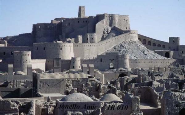 قلعه و کاخ بم یادگار کهن ایران که به دلیل بی توجهی دولت های اسلامی و اسلام پناه، مانند دیگر نقاط آباد و تاریخی کشور به ویرانی رفته، و روز به روز به خاک و خاکستر نزدیک تر می شود.