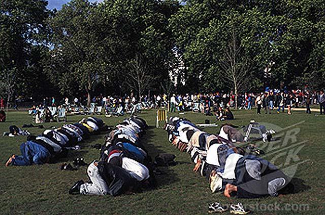 لشکر اسلام، نماز جماعت خود را در هاید پارک آغاز کرده اند. پارکی که قرار است به زودی جایگاه نماز جمعه و محل دفن اجساد شهیدان باشد.