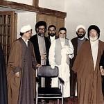 خمینی با همراهان و شاگردانش مانند رفسنجانی، ولایتی، موسوی، و فرزندش احمد، در این تصویر دیده می شوند. تصویری که خوشایند مردم با کرامت ایران نیست.