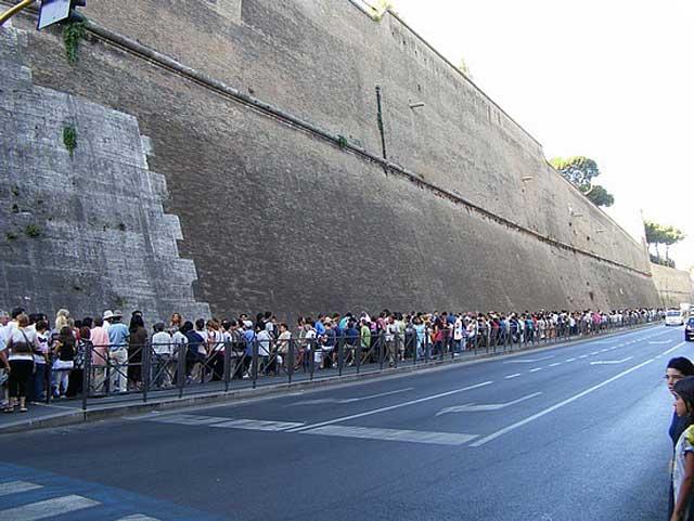 این صف ۲-۳ کیلومتری بازدیدکنندگان کاخ واتیکان و موزه مشهور آن در رم پایتخت ایتالیا را نشان می دهد.در این صف طولانی که چندین ساعت زمان لازم دارد تا یک توریست و بازدید کننده به درون ساختمان برسد. ممکن است خانواده ها باهمدیگر و در کنار هم دیده شوند، ولی هرگز تقلبی در کار نیست، و دیکتاتوری دیده نمی شود.