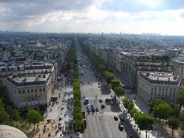 از قدیم رسم بر این شده که حاکمان، سرمایه داران، و بازاریانی که خون ملت را مکیده اند، و مردم را غارت و چپاول نموده اند فرزندان لش و بیکاره خود را با ثروت و سرمایه مردم به پاریس می فرستند، و اینان که در خود هنری ندارند، در خیابان شانزلیزه و دیگر نقاط تفریحی پاریس به ولگردی و خوش گذرانی می پردازند. حمید رضا فروزانفر نوه خواهر روضه خوان مشهدی ( ولی وقیح) نیز از همین قماش است.
