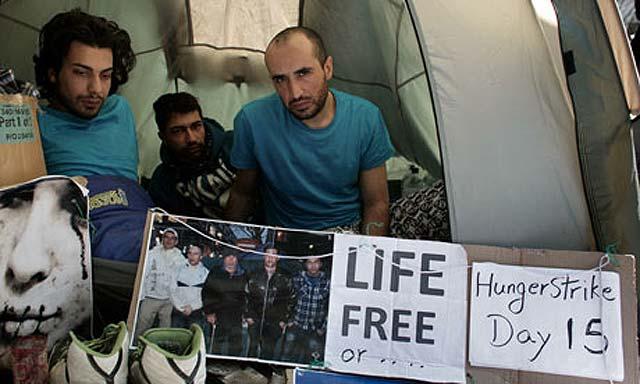 چهار ایرانی در بند انگلیس که پس از ۱۶ روز اعتصاب غدا، با گروهی دیگر، دهان خود را دوختند تا از فرستادن آنان به ایران خود داری شود. ولی نباید فراموش کرد که آخوندها دست پرورده دولت بریتانیای کبیرند، و دولت آن کشور همچنان از آنان حمایت می کند، و دارای روابط تجاری و سیاسی با رژیم آخوندی است.