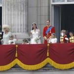 خانواده سلطنتی انگلیس سرمست و شاد از ازدواج ویلیام و کاترین (کیت) میدلتون در بالکن کاخ باکینگهام، به تماشاچیان بیکار و بی بار پوزخند می زنند. صرف میلیون ها پوند و تعطیل ماندن چرخ اقتصاد برای چند روز، و بیکاری مردم به ویژه روزمزد ها و کاسب کاران کم در آمد، بزرگترین تحمیل و فشار اقتصادی بر روی اکثریت مردم انگلیس است.