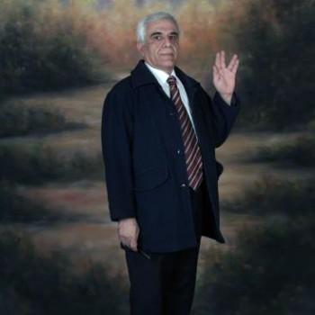 آقای ارژنگ داودی، ایرانی میهن پرستی که تاکنون با همه اهانت ها، و شکنجه های رژیم مرگبار ولی وقیح در برابر آنان سر فرود نیاورده، و همچنان با وجود زخم و نارسایی و ناتوانی جسمی، راستانه در برابر گروه جهل و جنایت آخوندها ایستاده   است.