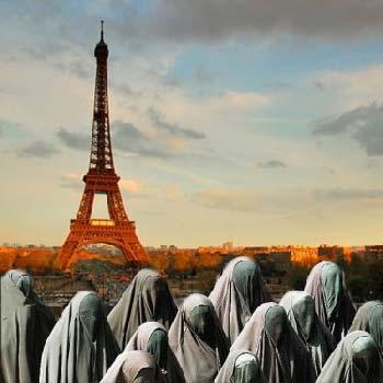 باید به حال این پاریس عروس شهرهای جهان گریست. نگاه کنید که چگونه یک گروه کنیزان اسلام در گونی تار فرو رفته، این شهر را اشغال کرده اند!. درست مانند این که به خانه اشباح امدیم و با روح مردگان روبرو شدیم.