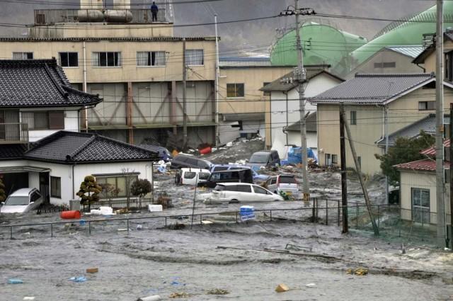 این ویرانی و بهم خوردگی و از میان رفتن یک شهر در ژاپن، بر اثر زلزله درون اقیانوس، و طغیان آن، نتیجه کفر و بی دینی مردم آن کشور است. اگر چنانچه مردم ژاپن هم به ولی وقیح ، و رسالت او، و همان امام زمان بودنش اعتقاد داشتند، این بلاها بر سر آن کشور نمی آمد.
