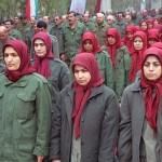 این بخشی از ارتش آزادیبخش آقای رجوی است که چند نکته را می توان به خوبی دید: ۱- این دختران و بقنوان گرامی کشورمان، در میان صحرای کنار افتاده ای به نام « شهر اشرف»، اسیر و ویلان موس های مسعود و مریم رجوی شده اند، و آثار اندوه وپژمردگی در چهره اشان دیده می شود. ۲- چارقد، و روسری کتک خورده اسلامی به زور برسرشان نموده اند. ۳- رنگ سرخ روسری حکایت از کمونیستی آنان، و پیروی از روسیه و چین است. آیا یک درصد آینده ای برای این محکومان زندانی رجوی وجود دارد، تا چه رسد به آزاد کردن ایران؟. شما قضاوت کنید.