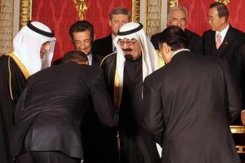 آقای اوباما، با بوسیدن دست ملک عبدالله، به اسلام گروید، و به لقب ملا اوباما نامیده شد.  ملا اوباما تصمیم داشت دست  ولی وقیح ما راهم ببوسد که بدو لقب مشهدی ملا اوباما داده شود، ولی به زودی دریافت که ولی وقیح ما بدبختانه دست ندارند، زیرا اگر دست راست هم داشتند، بیشتر مردم ضد انقلاب را تا کنون از پا در آورده بودند، و ظهور امام زمان نزدیکتر بود.