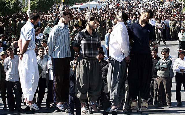 اعدام ها در زاهدان نیز مانند سراسر ایران از برکت یمن قدم رژیم اسلامی در این ۳۲ سال همواره به اجراء در آمده، و تعطیل بردار نیست. رژیم مخالفین سیاسی خود را به بهانه های دیگر چون مواد مخدر، حمله به اتوبوس، ،، سر به نیست می کند. در فرهنگ آخوند مردم سه گروهند: ۱-«خودی»، وابستگان رژیم، ۲- «غیر خودی» مردم دیگر شیعه ایران، ۳- « بی خودی»، دیگرباوران، و مخالفان سیاسی.