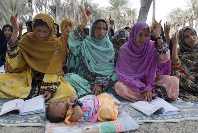 این ها دانش آموزان دختر و بانوان کشورمان در بلوچستانند. خواننده گرامی قضاوت فرمایید در قرن ۲۱ که ایران روی معدن گاز عظیم جهانی قرار گرفته، اینست آموزش و پرورش در کشورمان. شاید در کشورهای عقب مانده سودان، اتیوپی، و کشورهای گمنام جهان، وضع آموزش بهتر از این باشد.
