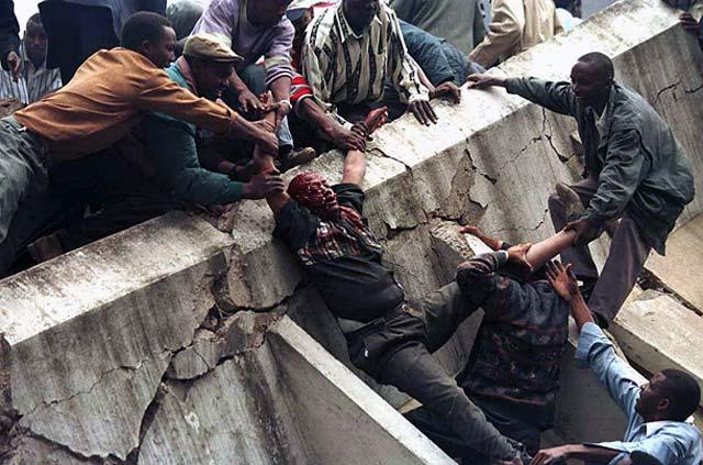 در سال ۱۹۹۸ گروه القاعده به سفارت آمریکا در نایروبی پایتخت کنیا، و  دارالسلام تانزانیا بمب گذاری کردند که گروه زیادی از ساکنین این دو محل را به قتل رساندند.