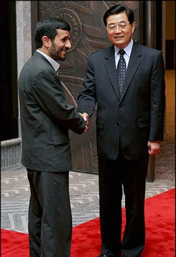 سرآقای احمدی نژاد به سوی پکن، و آقای  هو جین تااو رئیس جمهور چین، و دم او  درون چاه چمکران به امام زمان وصل است. از نظر مغز و خرد هم که خوشبختانه ایشان مورد خواست و تقاضا نخواهند بود. حال، از این دو وابستگی و اتصال سیاسی و دینی به کشور ایران چه می رسد؟ نمی دانم! شاید خوانندگان محترم پاسخ آن را داشته باشند.
