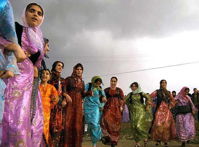 زنان غیور و میهن پرست کرد که با رقص های ملی و محلی خود، فرهنگ چند هزار ساله ایران از زمان دولت ماد تا کنون حفظ کرده اند، و یورش تازیان نتوانست اصالت و پاکی را از آنان بگیرد. آیا این دختران و بانوان گرامی صد در صد ایرانی، نباید در سرنوشت و سازندگی کشور شرکت داشته باشند؟. آیا درست است که این ایرانی های پاک نژاد از صحنه سیاست و حتی زندگی مناسب بیرون روند، و جای آنان را تازی نژادها، و وابستگان آنان که برای غزه و لبنان دل می سوزانند تصمیم گیرنده باشند؟.