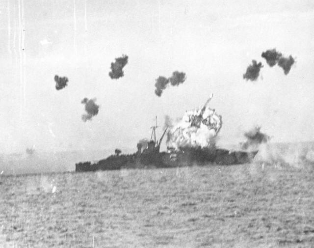 در جریان جنگ دوم جهانی، شماری از ژاپنی ها با هوپیما به درون کشتی های آمکریکایی سقوط می کردند، و موجب از بین رفتن کشتی و سرنشینان آن می شدند. در این تصویر، سقوط هواپیما به درون کشتی لوئیس ویل نشان می دهد.