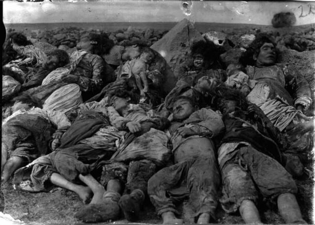 یک صحنه از کشتار دست جمعی ارامنه به وسیله مسلمانان ترکیه به نام اسلام که در سال های ۱۹۱۵-۱۹۱۷ ادامه داشته است.