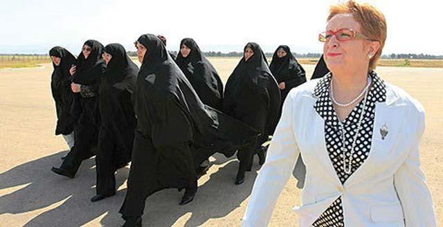 زنان همسفر احمدی نژاد در سفر به آمریکا. همسر محمود احمدی نژاد و مقامات دیگر ایرانی در عکس دیده می شوند.