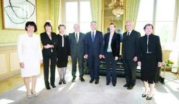 این کابینه سوئیس ااست که بیشتر اعضاء آن زن هستند. درست مانند کابینه ایران که یک گشنیز خانم مسئول یکی از وزارتخانه ها است!. مقایسه کنید چگونه غرب در فساد بی اسلامی می سوزد، و چند رأس ولی وقیح کم دارد!.