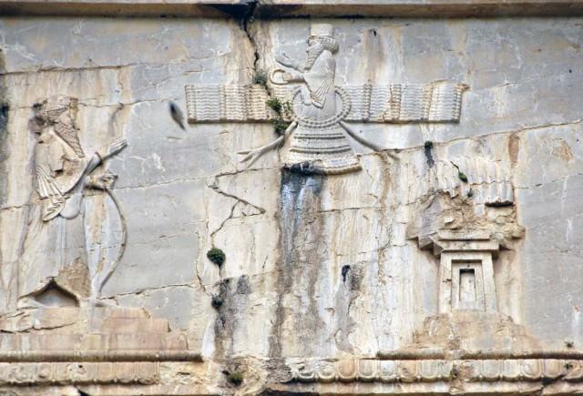 این نقش رستم است. آچار برجسته ای که بیش از دو هزار سال پیش بنا شده است. یورش تازی، مغول، تاتار، و هیچ گروه دیگر این یادگار نیاکان ما را ویران نکرد، ولی رژیم جهنمی آخوندی در کمتر از سه دهه آن را ویران نمود. شکستگی و خرابی های به وجود آمده و وارد شده بر این سنگ بنا به آشکار دیده می شود.