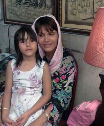 این تصویر شادروان زهرا بهرامی همراه دخترش می باشد که به وسیله رژیم جنایتکار به اتهام  واهی و در حقیقت به دلیل مخالفت سیاسی اش با رژیم به دار آویخته شد. مزدوران رژیم پیش از اعدام، در زندان به این زن بیگناه، بارها تجاوز کردند. نمونه اینگونه تجاوزها، هم اکنون در بعضی از شهرهای ایران از سوی بسیجی و عمال حکومت در جریان است. زیرا این رژیم، نه تنها کشتارگر است، متجاوز به زنان نیز می باشد.