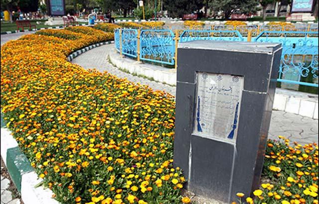 این سکو و جایگاه مجسمه باقرخان در  تهران است که به دستور رژیم آن را شبانه ربوده اند. ربودن این مجسمه و شمار زیادی از مجسمه های دیگر در تهران، مردم را چنان به خشم آورد که رژیم ناچار شد  به ساختن تندیس تازه ای از باقرخان  دستور دهد. اکنون دیگر که رژیم کمتر جرأت ربودن مجسمه ها در تهران دارد، به ربودن تندیس ها در شهرستان ها پرداخته است.