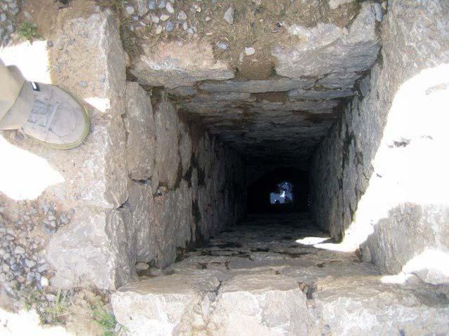 کانال هرزآب (فاضل آب) که در زیر همه ساختمان های کاخ ادامه می یابد، و آب های هرز رفته از شستشو تن و دست وپا و یا آشپزی را به بیرون از کاخ ها، و به درون بیابان می برد.