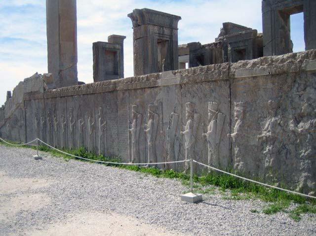 کنده کاری های روی دیوار ورودی کاخ های تخت جمشید نمودار عظمت و بزرگی ایران ۲۵۰۰ سال پیش است. از یک دید، هدیه و سوغات هایی که شاهان آن روز در روز جشن به پیشگاه شاهنشاه ایران تقدیم می نمودند، و دیگر هنر کنده کاری و برجستگی های روی سنگ های دیوار که نمودار دیگری از پیشرفت کم نظیر کشور ایران بوده است.
