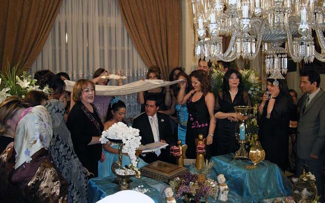 این فرتوری از جشن زناشویی یک خانوداه محترم ایرانی است که در فضایی بدون آخوند برگزار می شود. راندن آخوند از هر محفل و مجلسی، مانند راندن میکرب های طاعون، وبا، و حصبه از دور و برمان است.