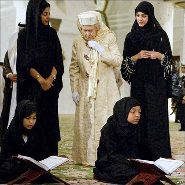 حاجیه الیزابت بیگم اسلام گستر، در میان کلفتان و نوکران اسلامی خود دیده می شوند.