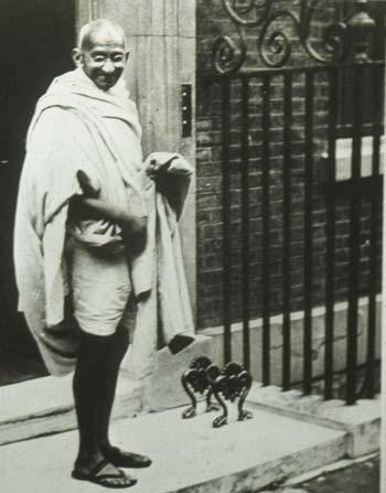 گاندی یکی از بزرگترین قهرمانان جهان، که بدون لشکر کشی، و بدون کشت و کشتار از طرف خود، توانست بزرگترین امپراتوری زمان یعنی بریتانیان کبیر را به زانو در آورد. یادش برای همیشه گرامی باد.