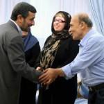 در این تصویر آقای احمدی نژاد نیز بزرگ منشی و عملکرد فرا انسانی این بانوی محترم؛ آمنه بهرامی را ستایش می کند. اگر ما در اینجا تصویر آقای احمدی را آوردیم هدفمان گفتار ایشان بود زیرا؛ «ما همیشه به دنبال آوازیم،، نه آوازه خوان.»