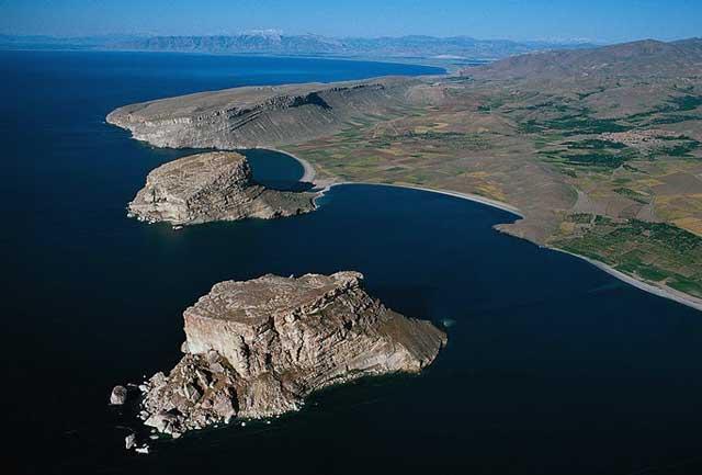 این دریاچه ارومیه در سال ۱۹۷۶ بوده است. دیگر این دریاچه وجود ندارد. زیرا آن سال ها، ما آخوند نداشتیم، ولی اکنون آخوند داریم. آخوندی که از توالت رفتن، صیغه کردن، انواع نجاسات دستور می دهد و در آن ها تخصص دارد، سویا محیط زیست، درختکاری، آبادانی، بهداشت، و آزادی بیان و گفتار مردم.