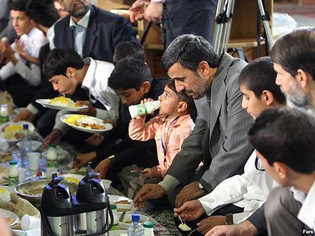 آقای احمدی نژاد و یال و کوپالش به افطار نشسته اند . روزه گرفتن در ایران یعنی کوه کندن، و صدها کار بزرگ انجام دادن است نخست، اگر شخص اداره ای است، به بهانه های گوناگون مانند بیماری، انجام دادن مأموریت و غیره به اداره نمی رود. اگر هم برود، بر همکار و مراجعه کننده هزاران منت دارد، و به طورکلی کاری انجام نمی دهد. اگر هم کار خصوصی انجام می دهد، که بهتر می داند بخوابد و استراحت کند. هنگام افطاری هم به اندازه  ۵ نفر باید برای او غذا آماده باشد، زیرا به گفته ای؛ «او کوه کنده است.»
