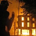 پلیس انگلیس بیگناهی را کشت، مردم به پا خاستند و شهرها را به آتش کشیدند
