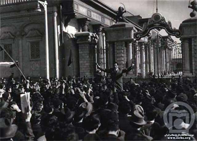 تظاهرات مردم تهران در مقابل مجلس شورای ملی در حمایت از دکتر محمد مصدق نخست وزیر.