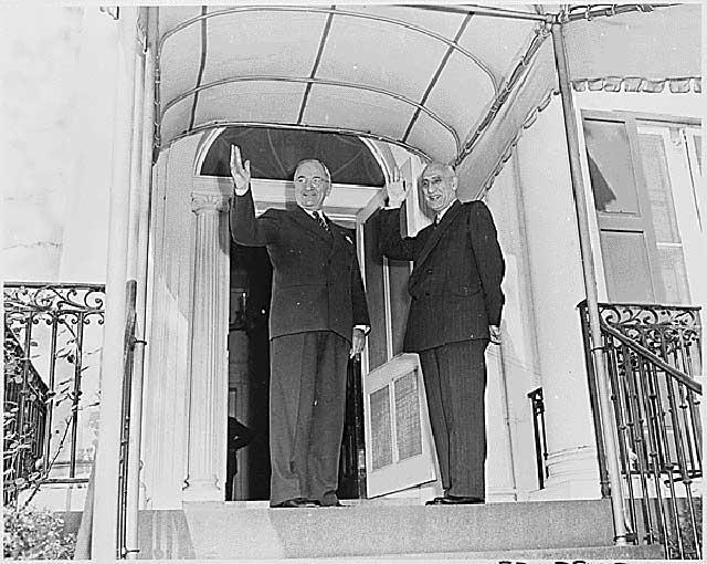 دکتر مصدق چهار بار به دعوت پرزیدنت ترومن به آمریکا رفت. در زمان مصدق ایران با آمریکا بهترین رابطه را داشت.