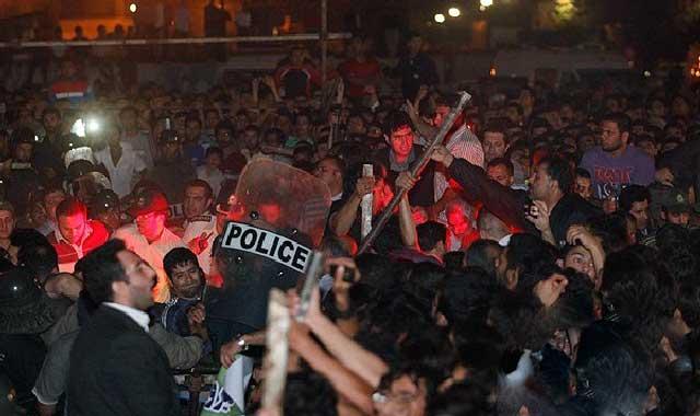 این مردم برای اعتراض و قیام علیه رژیم جنایتکار  در میدان شهرجمع نشده اند. این مردم برای اعتراض به گرانی خواربار، بهای برق و گاز و آب در این جا نیامده اند،اینها برای گرفتن کوپن قند و شکر، یا حواله خودرو گرد هم نیامده اند. پس برای چی؟، اینها ایرانیانی اند که برای تماشای اعدام یک نوجوان در ساعت ۵ صبح به میدان شهر آمدند. این ها چه گونه افردی می توانند باشند؟، میهن پرست؟، نوعدوست؟، نه، پس چی؟ باید گفت یک مشت افراد بی غیرت وطن فروش خود کامه که بویی از انسانیت نبرده اند و نمی توانند خوب را از بد جدا کنند.