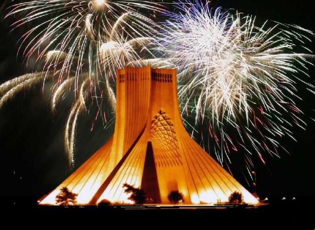 جشن و شادمانی در میدان آزادی. به امید آزادی هرچه زودتر ایران که بتوان این میدان بزرگ که تا کنون جولانگاه شغالان و گرگان بوده است، به دست توانای ملت بزرگوار ایران، همچنین در همه شهرها و بخش ها، چراغانی و شادمانی کرد. آن روز بسیار نزدیک است. رژیم جنایتکار در بن بست خود رسیده، و ملت ایران برای هیشه از شر زالوهایی به نام «آخوند» رهایی خواهد یافت،