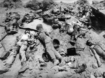 این یک صحنه از صدها صحنه کشتار رژیم اسلامی در جنگ ایران و عراق است.  رژیم اسلامی در مدت هشت سال جنگ ساخته و پرداخته خود، هزاران جوان پاک نهاد، و ساده دل ایران را به هوای رفتن به بهشت در آتش جنگ ایران و عراق سوزانید.
