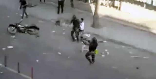 در این صحنه دلاوران شهر ارومیه موتورسیکلت سوار مزدور را  با سنگ به زمین می زنند. آن گاه مزدور با تفنگ به سوی مردم نشانه می رود. در هرحال، تنها راه بقاء مبارزه و پاسخ سنگ، با سنگ، و کلوخ با کلوخ است، وگرنه ما ملت مظلوم، بیچاره و نوکر پیشه و سرانجام محکوم به نابودی ایم.