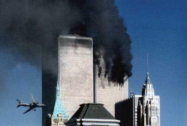 صحنه ای که هواپیما به برج دوم بر خورد می کند. به راستی کی می تواند ابعاد این جنایت بشریت را ارزیابی کند؟. چگونه ما به خودمان اجازه می دهیم جان نزدیک به سه هزار انسان بیگناه را بگیریم؟. باید گفت که دست جنایت کاران از درون لباس اسلام واپس گرا بیرون آمد و این فاجعه اسفناک انسانی را ببار آورد. دولت های غرب که بزرگترین حامیان این جنایتکاران بوده اند، خود آتش بیار معرکه اند.