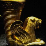 در این عکس نمونه ای از یک ریتون را مشاهده می کنید، ایرانیان باستان جام های شان را به شکل حیوانات می ساختند و بر این باور بودند که هنگام نوشیدن از آن جام قدرت حیوان نیز به بدن شان نفوذ می کند، باید اعتراف کرد کسانی که اینچنین آثار باستانی ارزشمندی را به اسم هدیه از کشور خارج می کنند بویی از شرافت و انسانیت نبرده اند.