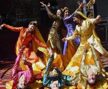 در این عکس، رقص زیبای دختران آزاد و میهن پرست و با شرف ایرانی را در جشن مهرگان تماشا می کنید، باید درود فرستاد بدین همه وطن پرستی و غیرت تمامی بانوان ایرانی اسیر شده در چنگال پنجه های حکومت اسلامی.