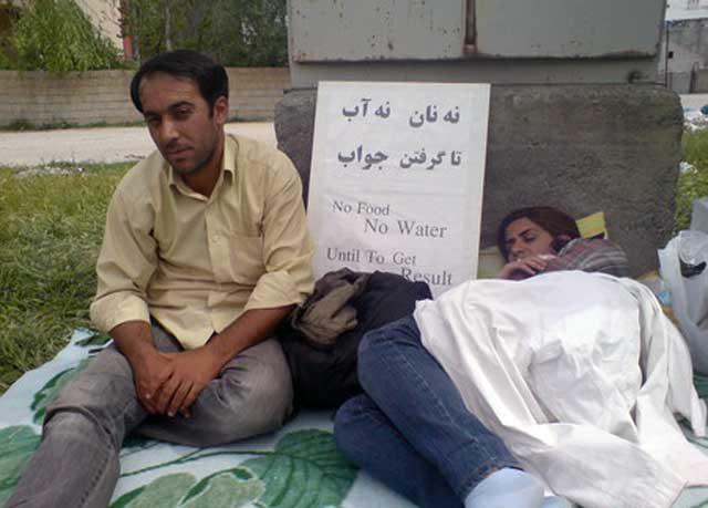 در تصویر یک زوج جوان ایرانی را مشاهده می کنید که نا امید و خسته از همه جا دست به اعتصاب غذا زده اند تا بلکه دل مسولین مربوطه در ترکیه به رحم آید و این پناهجویان را از این بی سر و سامانی نجات دهند.