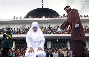 یک زن مالزیایی را به دلیل خوردن یک لیوان آب جو در ملا عام شلاق می زنند، این است کرامت و ارزشی که اسلام به انسان ها و مخصوصا بانوان بخشیده است. اسلام دین خون و شمشیر و تجاوز است و هیچ مدل دیگری هم ندارد، در طول تاریخ فقط یک نوع اسلام وجود داشته و دارد و آن هم اسلام طالبانی است، اسلامی که ما دز ایران می بینیم فقط چشمه کوچکی از اقیانوس رذالت ها و جنایت های مسلمین است.