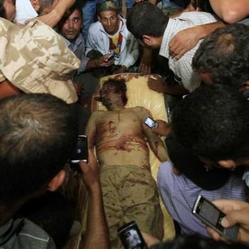 اینست پایان کار یک دیکتاتور، یک جنایتکار - پیکر قذافی در میان عده ای از مردم لیبی دیده می شود. آنان به جای آن که اشک بریزند، و ماتم بگیرند، شادمانی می کنند. آیا دیکتاتورها همین را می خواهند که این چنین به ظلم و جور خود ادامه می دهند؟