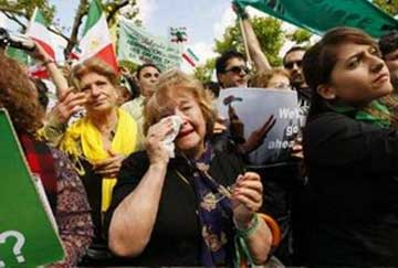 مادر سالخورده ایرانی که در طی یک تظاهرات در خارج از کشور حاضر گشته و با اشک های خود با مادران سهراب و ندا و دیگر مادران داغدیده وطنش همدردی می کند. این است همدلی و همبستگی ایرانیان که ما همواره از آن دم میزنیم.