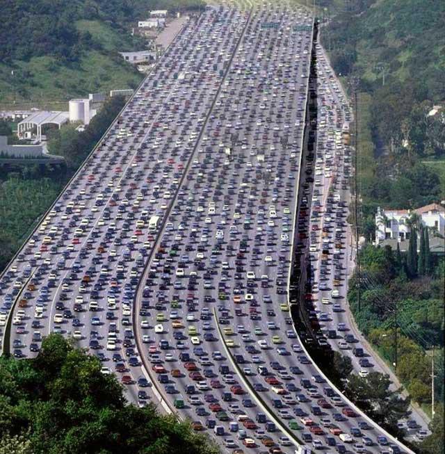 تصویر نمایانگر یک ترافیک بسیار سنگین در کالیفرنیا می باشد، شما در تصویر نمی توانید ماشینی را پیدا کنید که از لاین و قسمت خود بیرون آمده باشد و یا در لا به لای ماشین های دیگر در حال مانور و حرکت باشد، ما باید تلاش کنیم تا در ابتدا فرهنگ درست رانندگی را بیاموزیم سپس پشت فرمان ماشین بنشینیم.