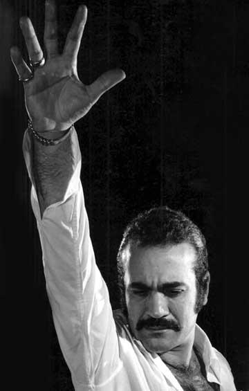 فریدون فرخزاد، هنرمند مردمی که با داشتن مدرک دکترا در رشته علوم سیاسی ترجیح داد که دست به انجام کارهای فرهنگی بزند و به کشورش و مردم خدمت کند. زنده یاد فریدون فرخزاد در سال ۱۹۹۲ میلادی در شهر بن آلمان توسط مزدوران حکومت اسلامی به قتل رسید.