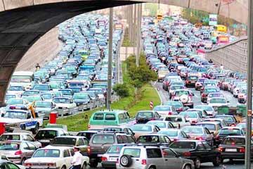 با وجود چنین ترافیک های سنگین و اعصاب خورد کنی که در آن هر راننده ای تمام تلاشش را می کند تا زودتر از ترافیک فرار کند و در این راه با انجام حرکات نمایشی و لایی کشی با جان خود و دیگران بازی می کند، باید هم ایران نازلترین رتبه را در میان کشورهای دنیا از نظر امنیت رانندگی داشته باشد.